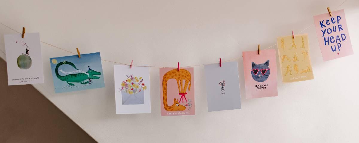 Geillustreerde kaarten aan de muur